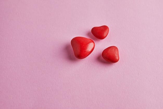 Walentynki transparent z cukierkowymi sercami na różowo. widok z góry