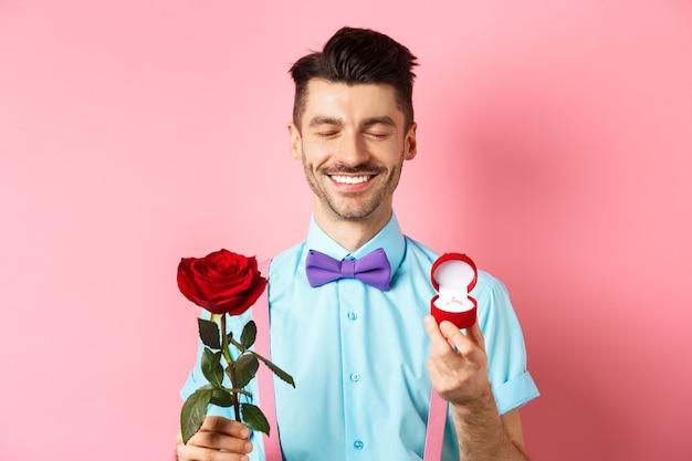 Walentynki. uroczy chłopak składa propozycję ślubu