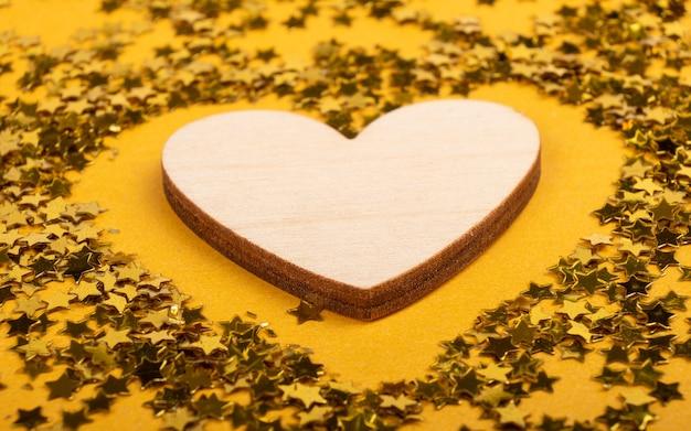 Walentynki, wyznanie miłości na 8 marca serce na żółtym tle z makieta błyszczy z miejsca kopiowania.