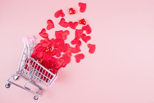 Walentynki zakupy online. koszyk z sercami