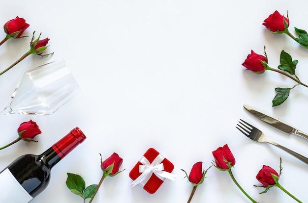 Walentynki zestaw do jadalni na białym tle z czerwonymi różami.