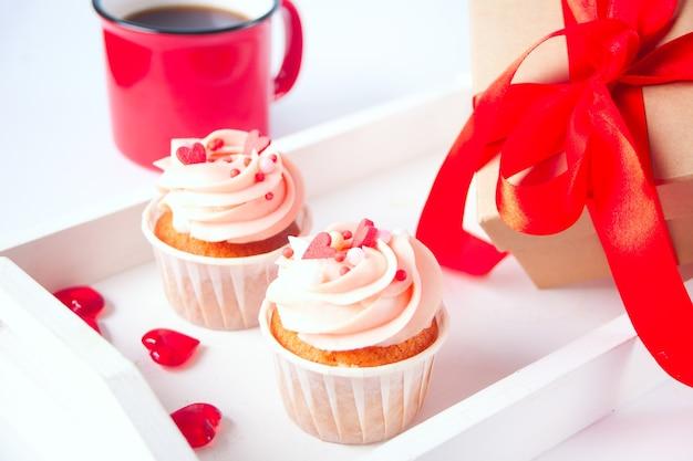 Walentynkowa babeczka ozdobiona cukierkami w kształcie serca