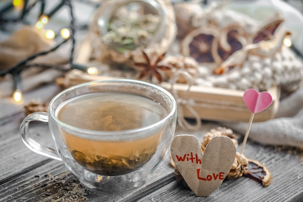 Walentynkowa martwa natura z herbatą i sercem