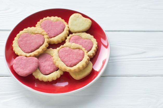 Walentynkowe ciasteczka na talerzu krok po kroku 5. instrukcja gotowania. koncepcja miłości. domowe ciasteczka w kształcie serca. pyszne naturalne organiczne ciasteczka, wypieki z miłością na walentynki