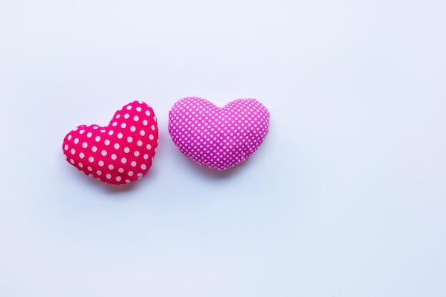 Walentynkowe serca na białym tle