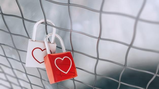 Walentynkowe zamki wiszące na metalowym ogrodzeniu