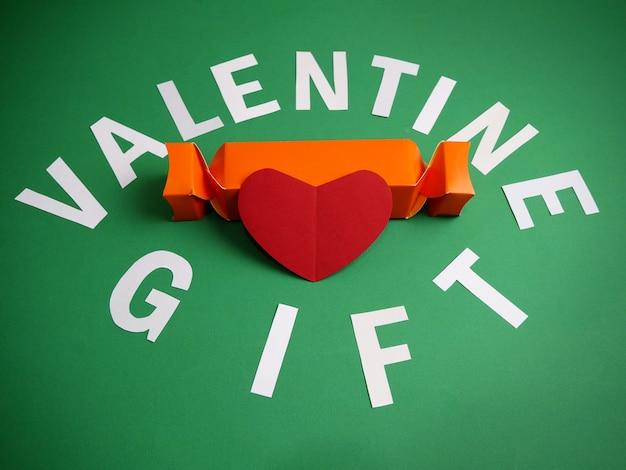 Walentynkowy prezent jako kanion i symbol serca na zielono