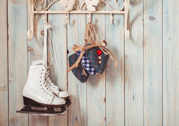 Walentynkowy wystrój vintage - niebieskie serduszka w kratkę na haczykach, kopia przestrzeń