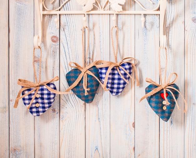 Walentynkowy wystrój vintage - niebieskie serduszka w kratkę na haczykach