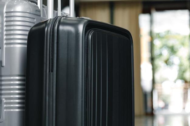 Walizka bagażowa na wycieczki stojąca w holu hotelu z bliska