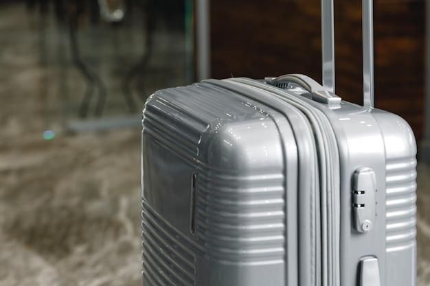 Walizka bagażowa na wycieczki stojąca w hotelowym lobby