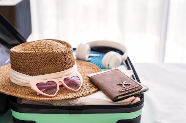 Walizka podróżna i bagaż z akcesoriami podróżnymi i przedmiotami gotowymi do podróży