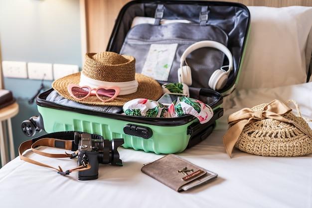 Walizka podróżna i bagaż z akcesoriami podróżnymi i przedmiotami przygotowującymi do podróży