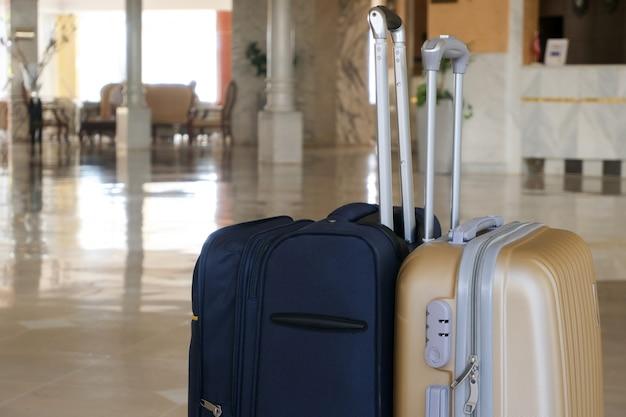 Walizki do podróżowania na miejscu. koncepcja wycieczek i podróży.