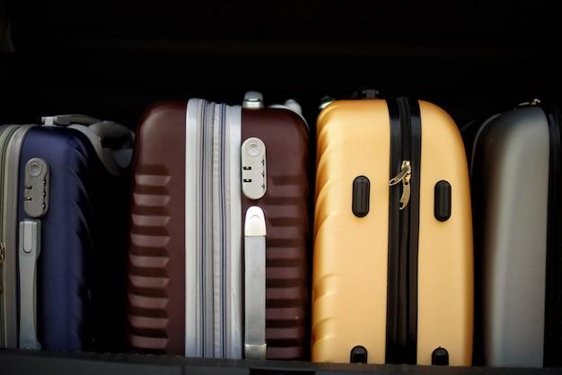 Walizki i torby w bagażniku samochodu.