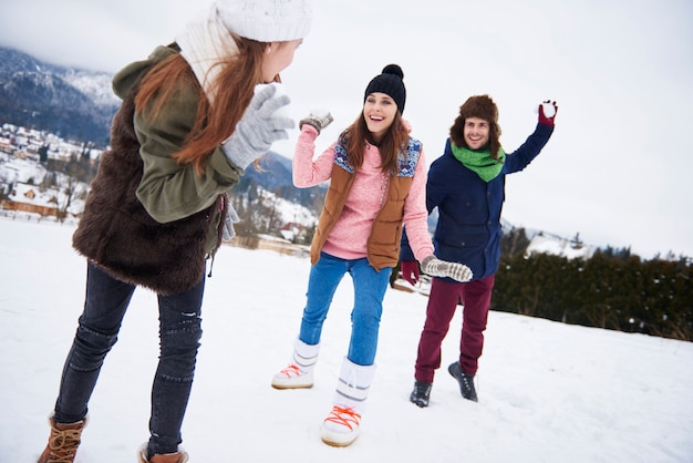 Walka na śnieżki zimą czyni nas szczęśliwszymi