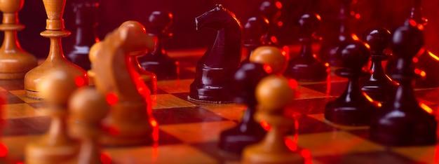Walka szachowa, figury szachowe na szachownicy, stonowane na czerwono. walcz z ogniem i dymem