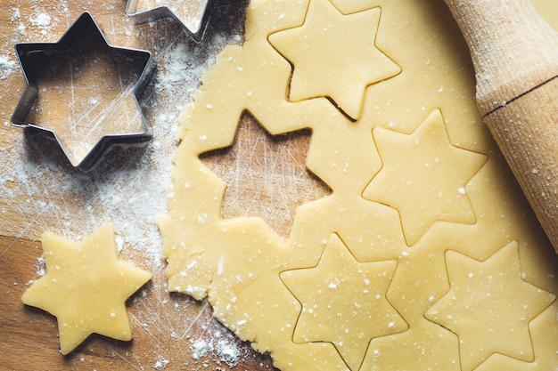 Wałkownica foremki do ciastek mąka cynamonowa jaja masło ciasto na drewno