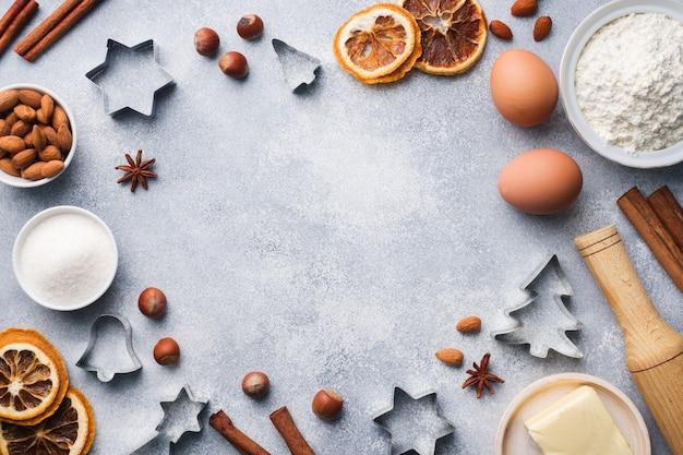 Wałkownica foremki do ciastek mąka cynamonowa jaja masło na betonie