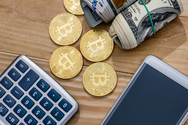 Waluta - dolar vs bitcoin na biurku