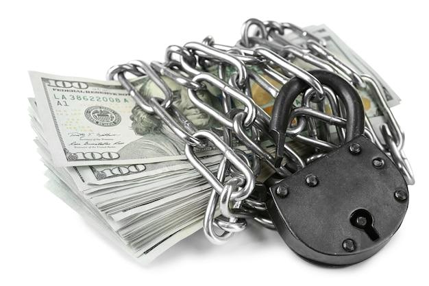 Waluta dolarów z zamkiem i łańcuchem, na białym tle