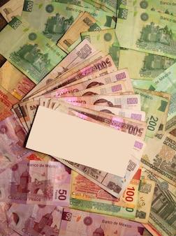 Waluta meksykańskiego peso zauważa banknoty