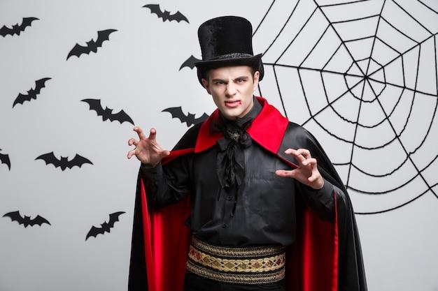 Wampir halloween concept - portret zły wampir kaukaski krzyczeć.