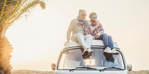 Wanderlust i koncepcja szczęścia w podróży ze starą starszą piękną parą siedzącą