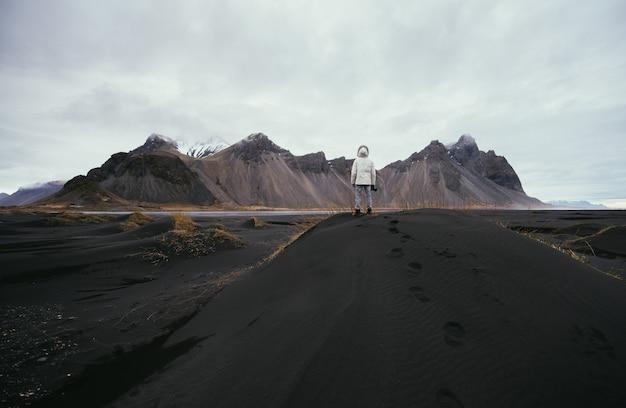 Wanderlust odkrywca odkrywa cuda przyrody w islandii