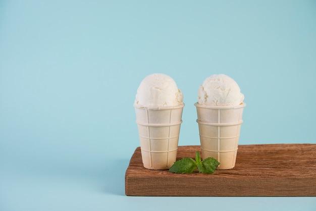 Waniliowe, lody śmietankowe w filiżance waflowej
