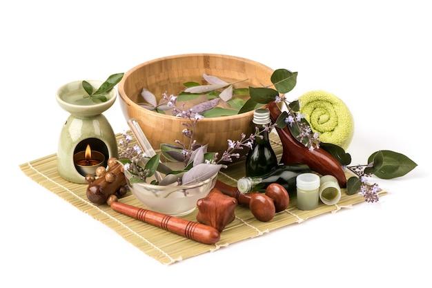 Wanna spa vitex trifolia purpurea kwiaty, zielone liście i wyekstrahowane używane do produkcji balsamu na białym tle.