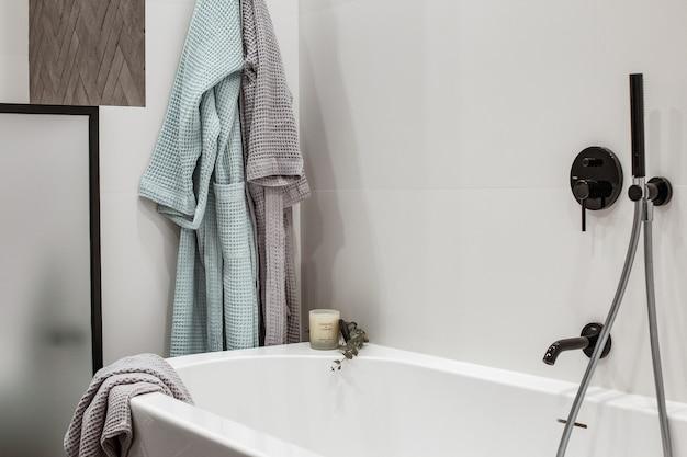 Wanna we wnętrzu łazienki luksusowy apartament z wystrojem