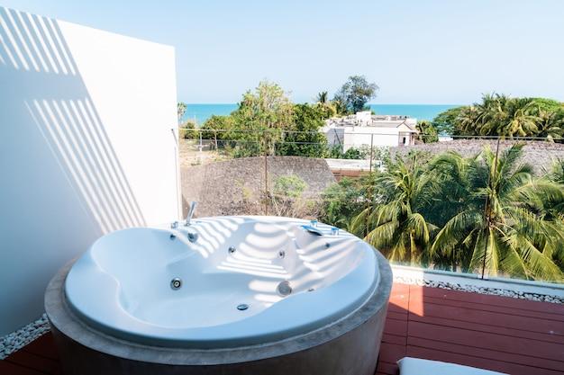 Wanna z jacuzzi na balkonie