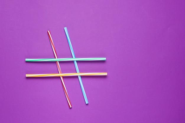 Wanny koktajlowe w formie symbolu hashtag na stole fioletowy.
