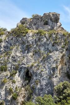 Wapienny klif z erozją geologiczną w wąwozach ardeche we francji