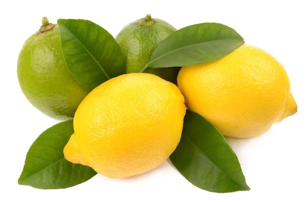 Wapno i cytryna na białym tle