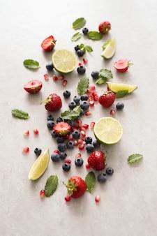Wapno, jagody i liście