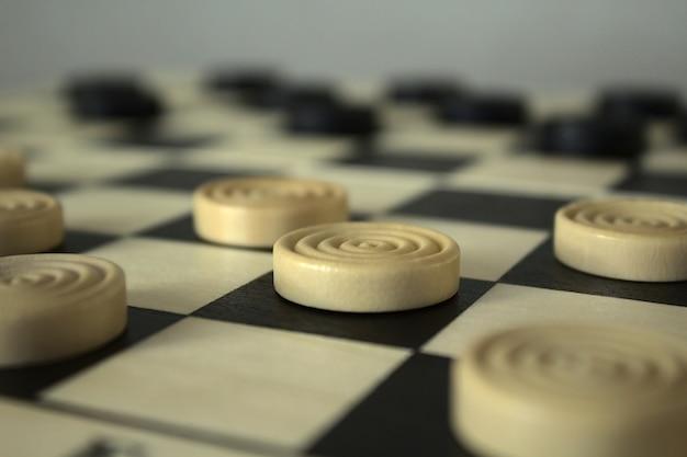 Warcaby na zbliżeniu szachownicy