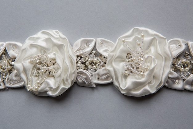 Warkocz uszyty w kolorze białym w postaci tkaniny w kwiatki, różyczki