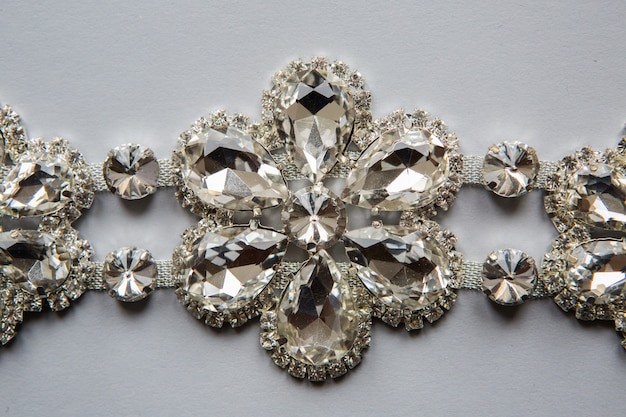 Warkocz uszyty w srebrnym kolorze w postaci kwiatków z przezroczystych kamieni