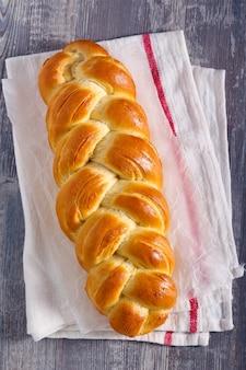 Warkocz z białego chleba na ręczniku