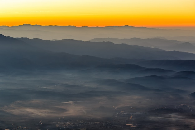 Warstwa góry i mgła przy zmierzchu czasem, krajobraz przy doi luang chiang dao, wysoka góra w chiang mai prowinci, tajlandia