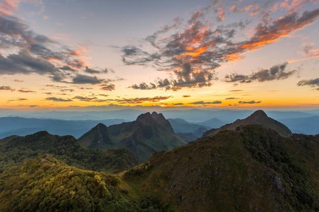 Warstwa góry i mgła przy zmierzchu czasem, krajobraz przy doi luang chiang dao
