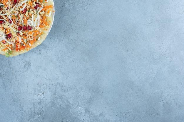 Warstwa naleśnikowa pod sałatką z sera i orzecha włoskiego na marmurze.