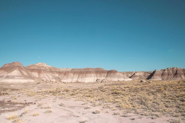 Warstwowe skały osadowe w parku narodowym petrified forest, arizona, usa
