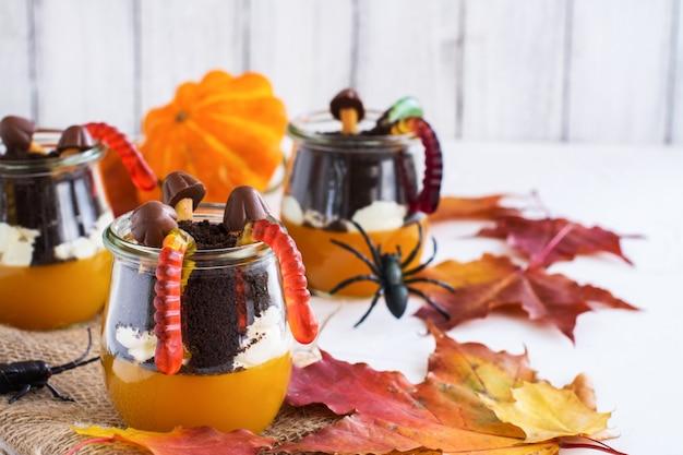 Warstwowy deser halloween w szklanych słoikach