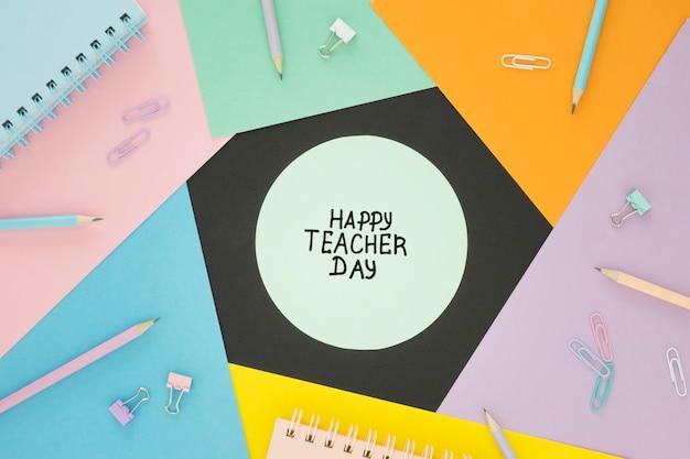 Warstwy kolorowych dokumentów koncepcja szczęśliwy nauczyciel