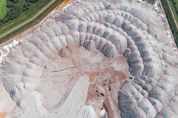 Warstwy rudy, nienadające się do produkcji. magazynowanie skał za pomocą rozrzutnika