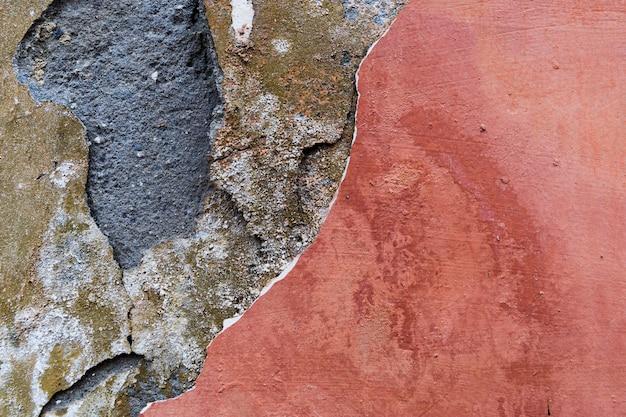 Warstwy w szorstkiej powierzchni betonowej ściany