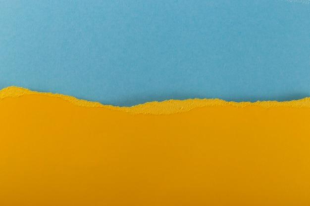 Warstwy wielobarwnych podartych teksturowanych arkuszy papieru